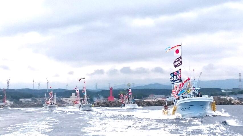 沖へ向かう漁船団